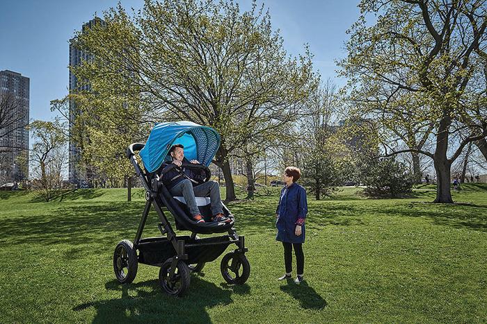 Родители могут провести тест-драйв коляске, прежде чем покупать ее для своего ребенка.