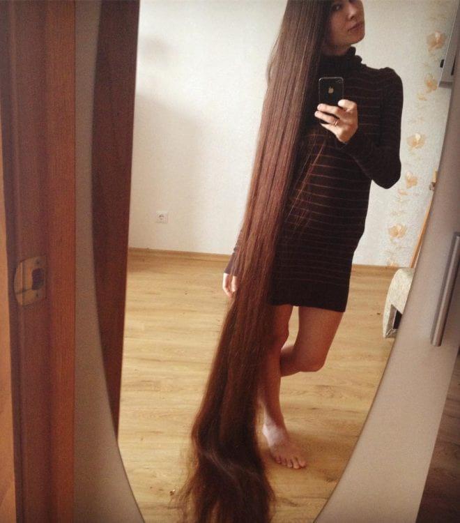 Девушка 20 лет не стригла волосы, а ее коса стала «третьим членом семьи»