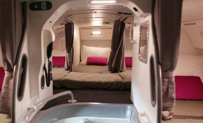 Потайная комната на борту самолета: пилот показал на видео, где спят члены экипажа