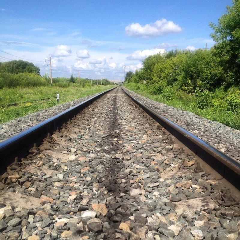 Та самая романтичная и мокрая дорожка на шпалах девушки, на рельсах, поезда, странное, туалеты, юмор