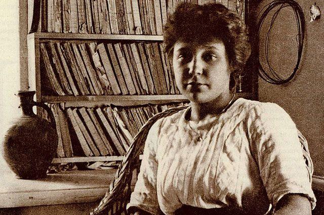 На фотографии Марине Цветаевой лишь 19 лет. На тот момент она опубликовала свой первый сборник стихов «Вечерний альбом».