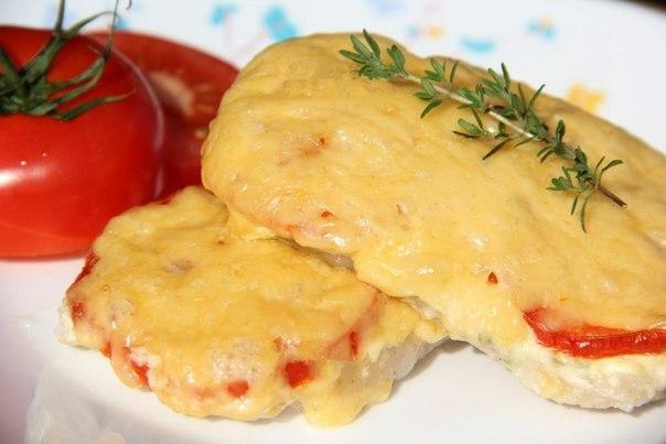 Свинина, запеченная с помидорами и сыром.😋