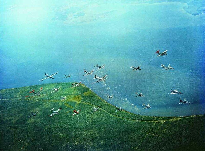 Различные типы самолетов, эксплуатируемых в ВВС США, летают в едином формировании над побережьем залива Флорида, 1956 год.