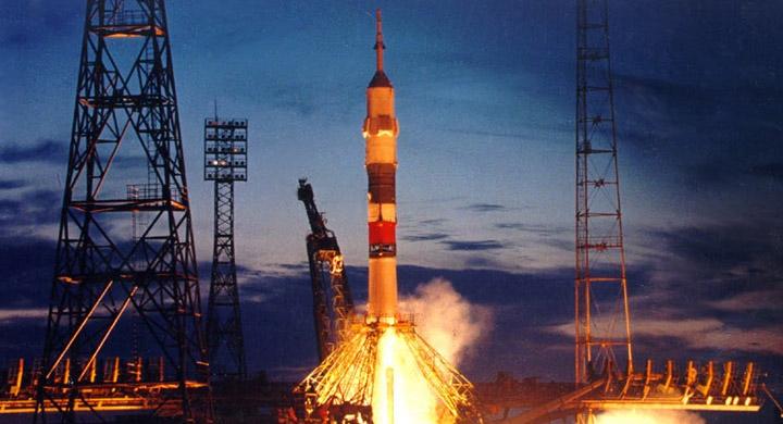Почему американцы до сих пор доставляют в космос своих космонавтов только русскими ракетами