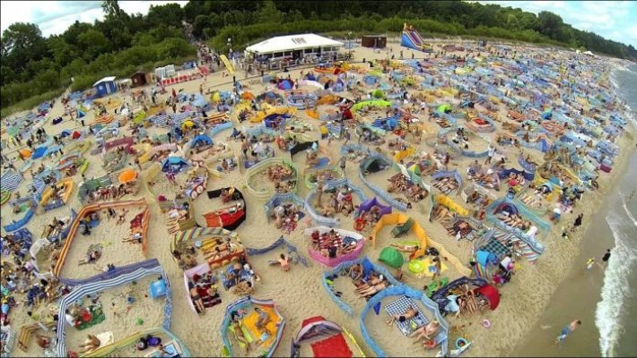Оригинальное решение проблемы уединения посетители балтийских пляжей