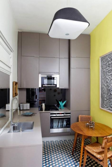 Крошечная кухня в серо-желтых тонах.