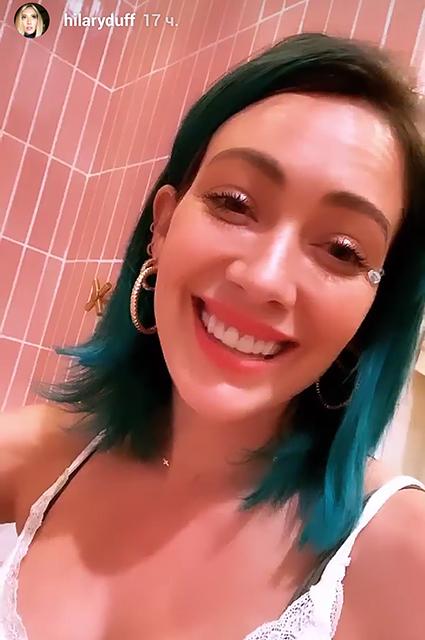 Цвет настроения синий: Хилари Дафф покрасила волосы в яркий оттенок Было/Стало