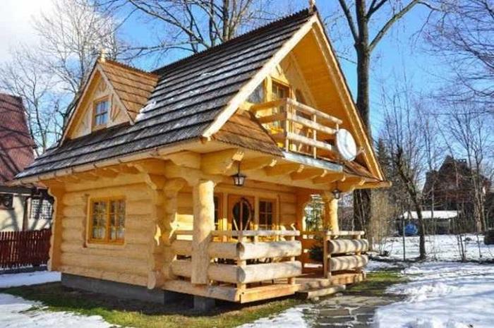 Деревянный домик площадью всего 27 кв. метров.