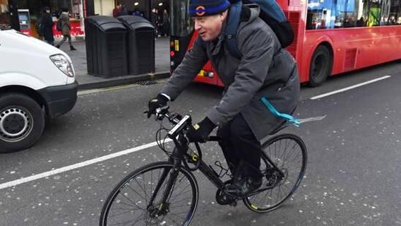 Бориса Джонсона раскритиковали за велосипедную прогулку в семи милях от дома в условиях ограничений ИноСМИ