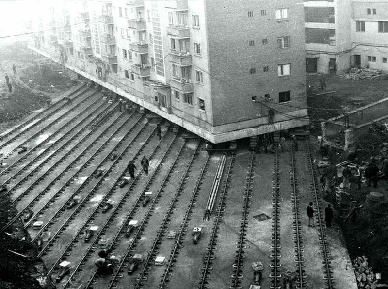 Перемещение 7600-тонного жилого дома для создания бульвара в Алба-Юлии, Румыния, 1987