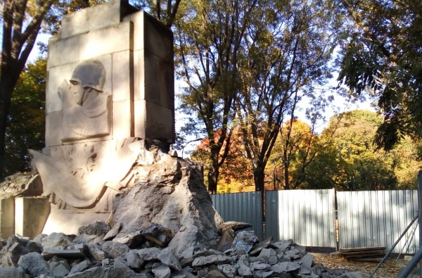 ВВаршаве разрушили мемориал наместе гибели 26 советских воинов