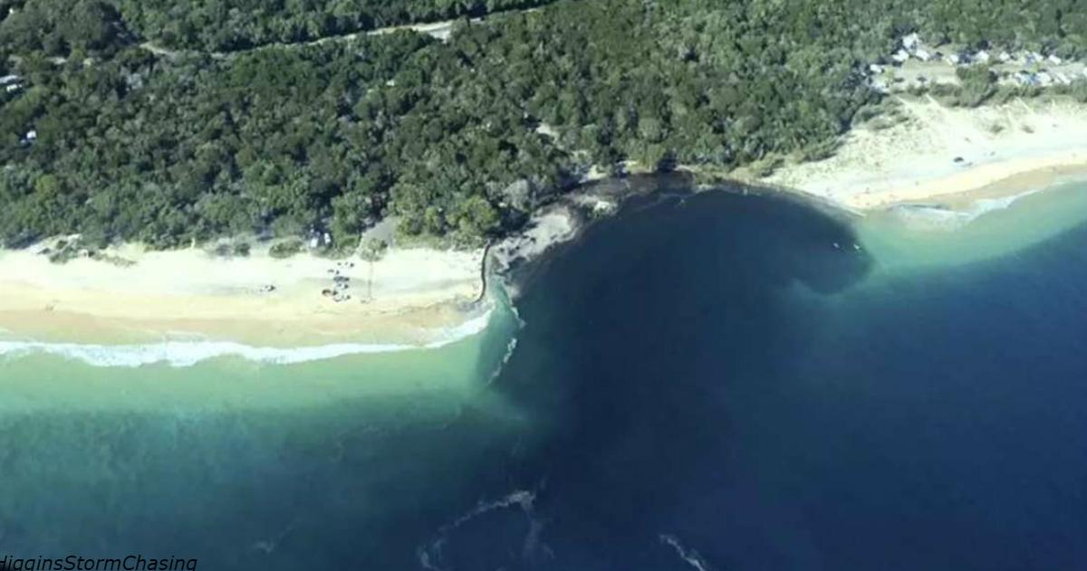Пляж в Австралии поглотила гигантская черная дыра! Вот как это было