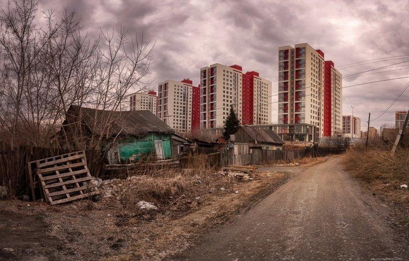 В нашей стране вокруг небоскрёбов обязательно есть частные домики, в которых даже нет водопровода. авто, бедность, богатство, контрасты, россия, фото, юмор