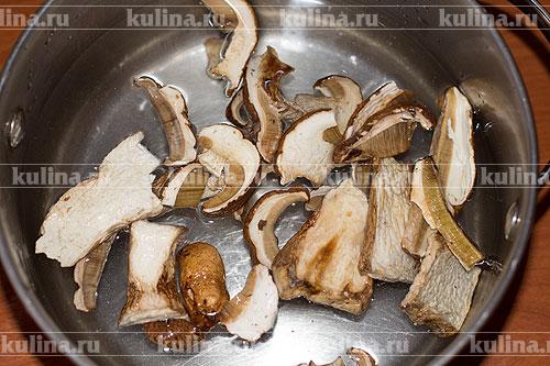 Сушеные грибы залить водой и оставить на ночь.