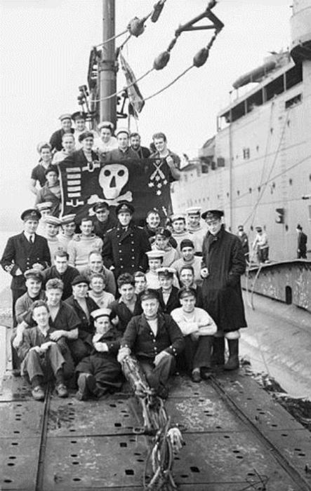 Экипаж Thunderbolt с флагом «Веселый Роджер» после патрулирования в Средиземном море. Фото: thevintagenews.com.