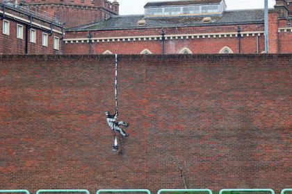 Неизвестные закрасили часть граффити Бэнкси на стене тюрьмы Дом