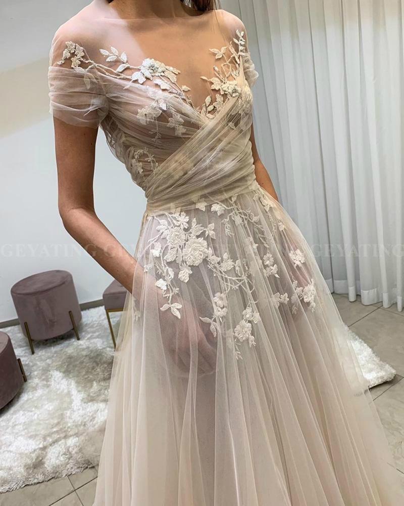 Невеста надела на свадьбу прозрачное платье и гости вместо поздравлений пристыдили женщину за наряд Культура