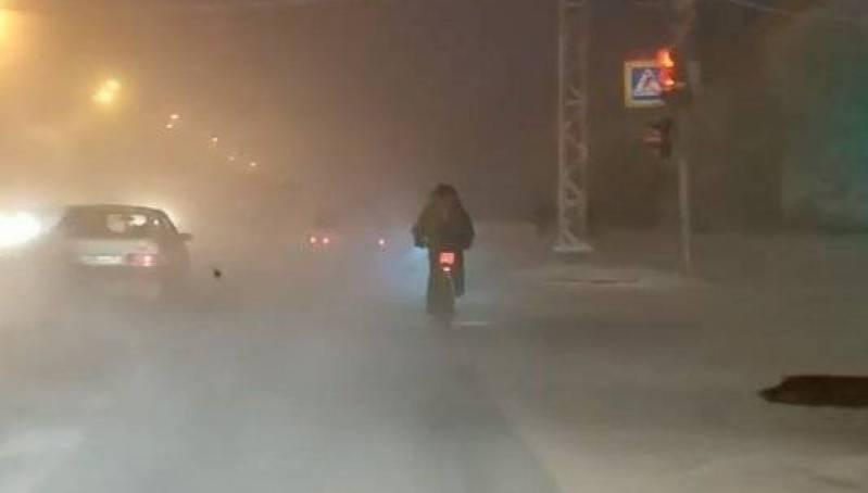 Видеофакт: мужчина едет по дороге в минус 40. На велосипеде