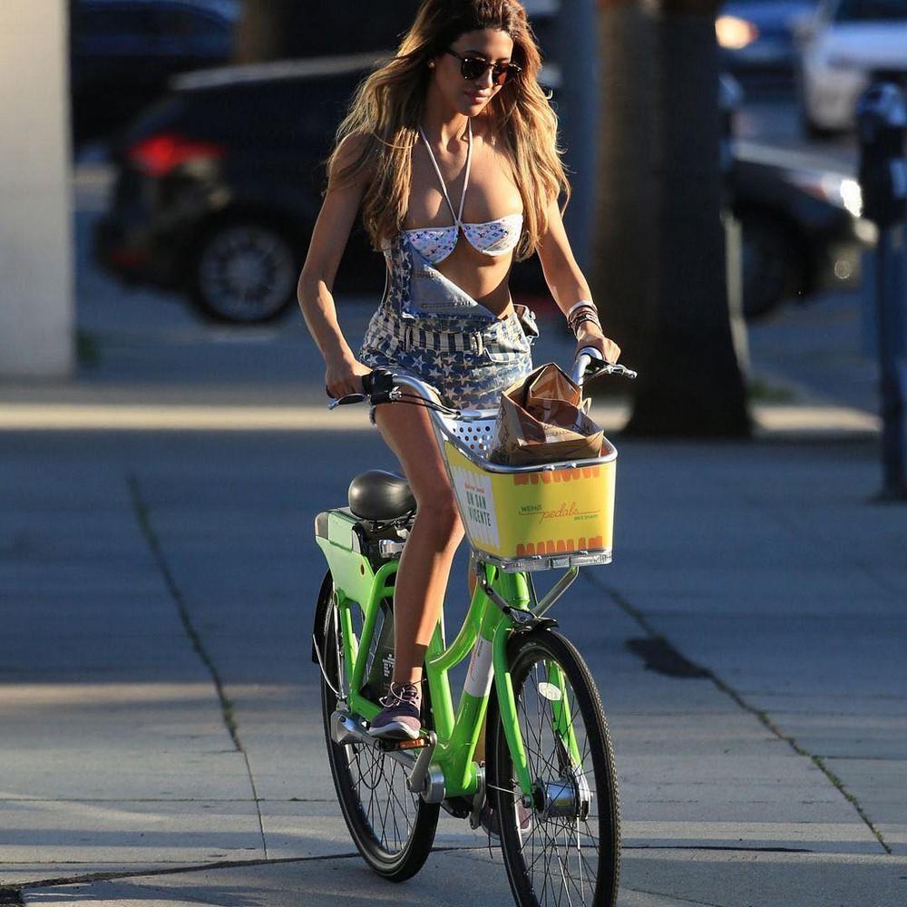 Красивые девушки на велосипедах и мотоциклах картинки