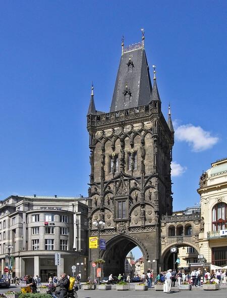 Готическая башня 15 века в прошлом использовалась как склад пороха, за что и получила свое название.