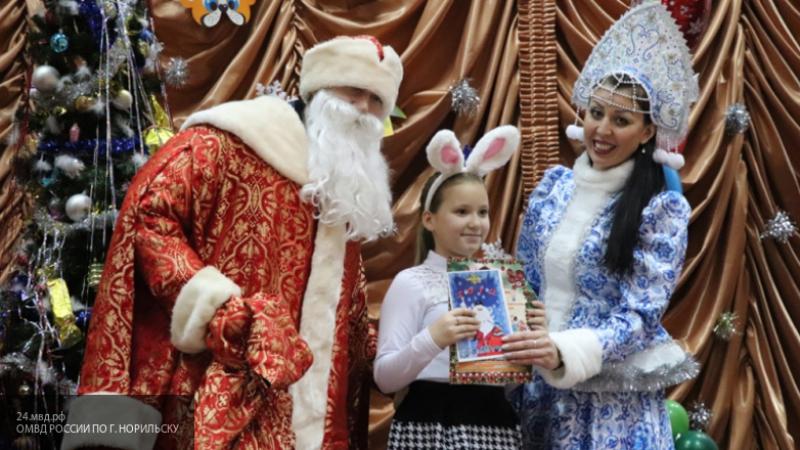 Полицейский Дед Мороз поздравил с Новым годом воспитанников школы-интерната Норильска