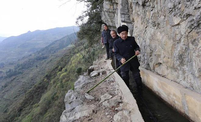 Китаец один прорыл канал на отвесном склоне горы, чтобы обеспечить свою деревню. Вот это — настоящий человек! вода