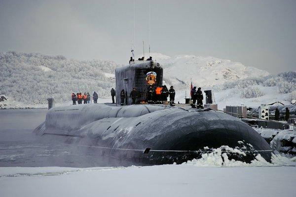Такое возможно только в России: Атомная подлодка всплыла на Северном полюсе, а моряки стали прыгать с нее и купаться
