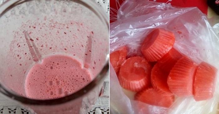 Возьмите любые ягоды и пропустите их через мясорубку, пюре разлейте в силиконовые формы для выпечки