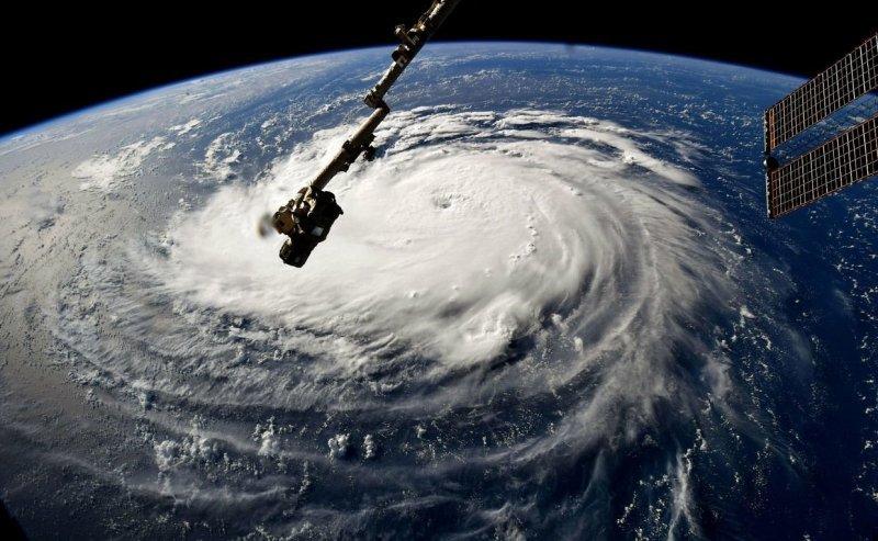На суши ураганы наносят огромные разрушения, серьезно повреждают здания, строения и дома, вырывают деревья с корнями. Случай очень редкий. nasa, космос, мкс, природа, стихия, ураган, фото, фотографии