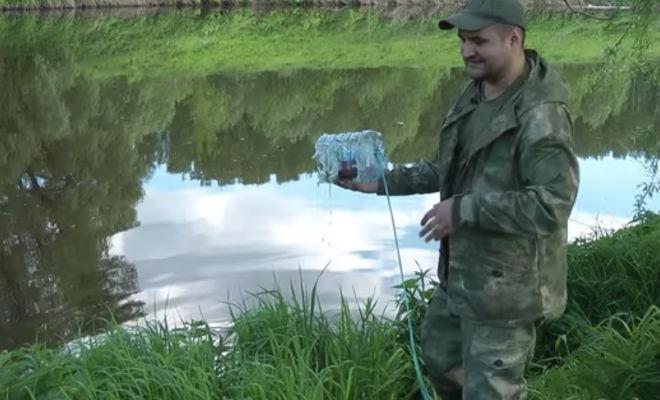 Как поймать рыбу без удочки на бутылку: видео