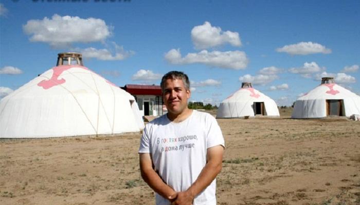 Клеменс Ауэр - австрийский программист, в степях Калмыкии строит юрты класса люкс. | Фото: kalmykiatour.com.