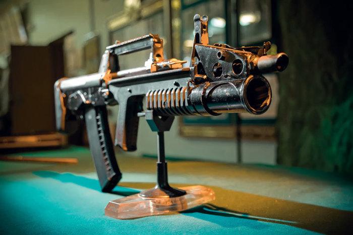 Автомат АДС, из которого можно стрелять и под водой, и на земле.