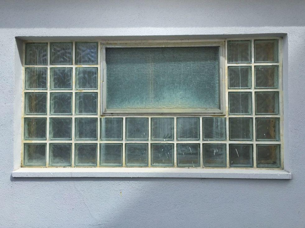 1490289565-home-trends-glass-bricks-1490208380