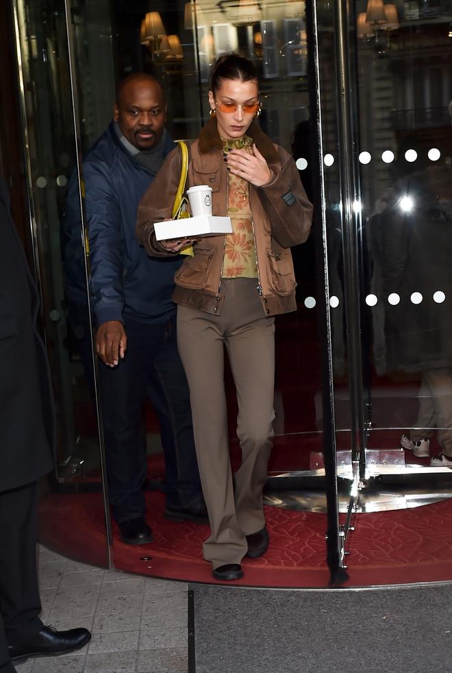 Авангардный кардиган и брюки с низкой талией: парижские образы Беллы и Джиджи Хадид — привет из нулевых (фото 1)