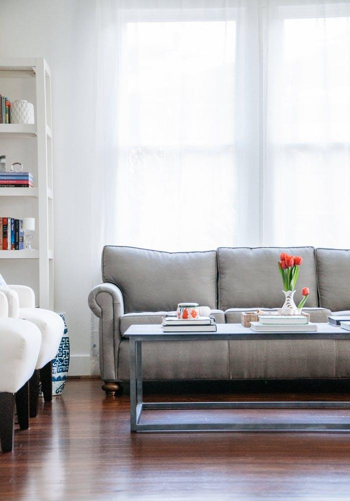 Элегантный интерьер квартиры - серый диван в гостиной