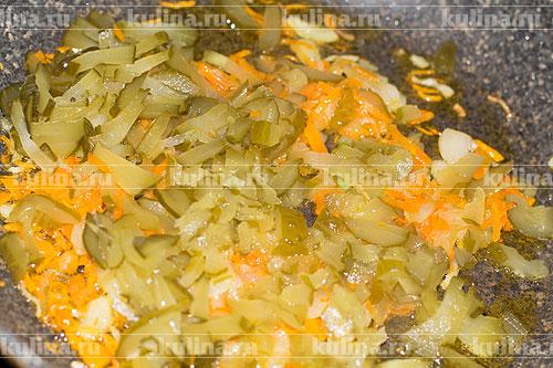 Соленые огурцы нарезать соломкой и добавить к овощам.