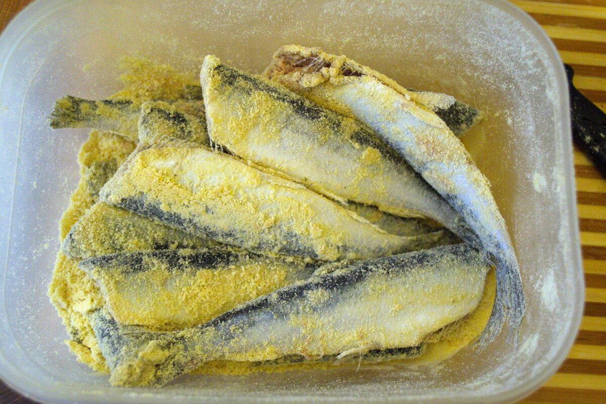 Я панирую рыбу в кукурузной муке, мне так нравится больше, чем в пшеничной, но можно в любой.