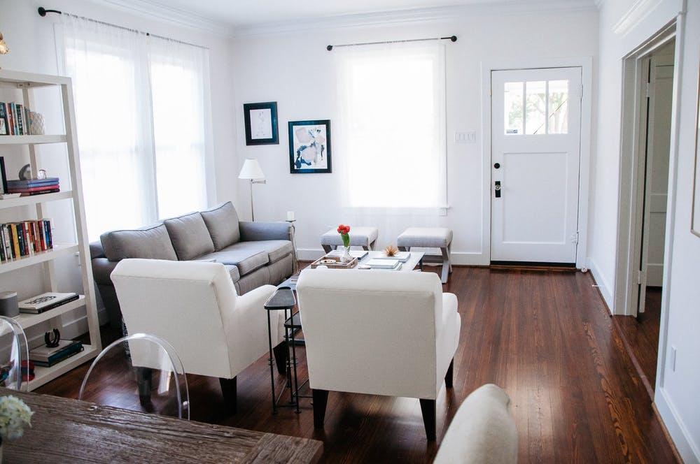 Элегантный интерьер квартиры - картины как элемент декора в белой гостиной