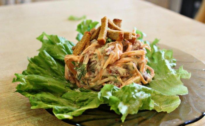 Пикантный салат с корейской морковкой, копчёной колбасой и сухариками.  Фото: google.com.