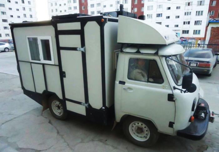 Утилитарный фургончик переоборудовали в дом на колеÑах. | Фото: carakoom.com.