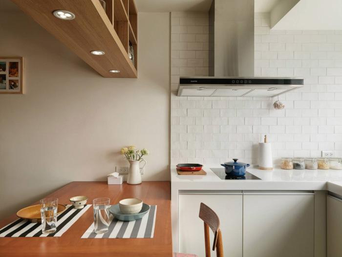 Обеденный стол отделяет кухню от гостиной.