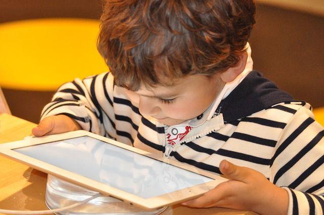 Сегодня дети осваивают Интернет очень рано, поэтому родителям важно вовремя рассказать им обо всех опасностях Сети.