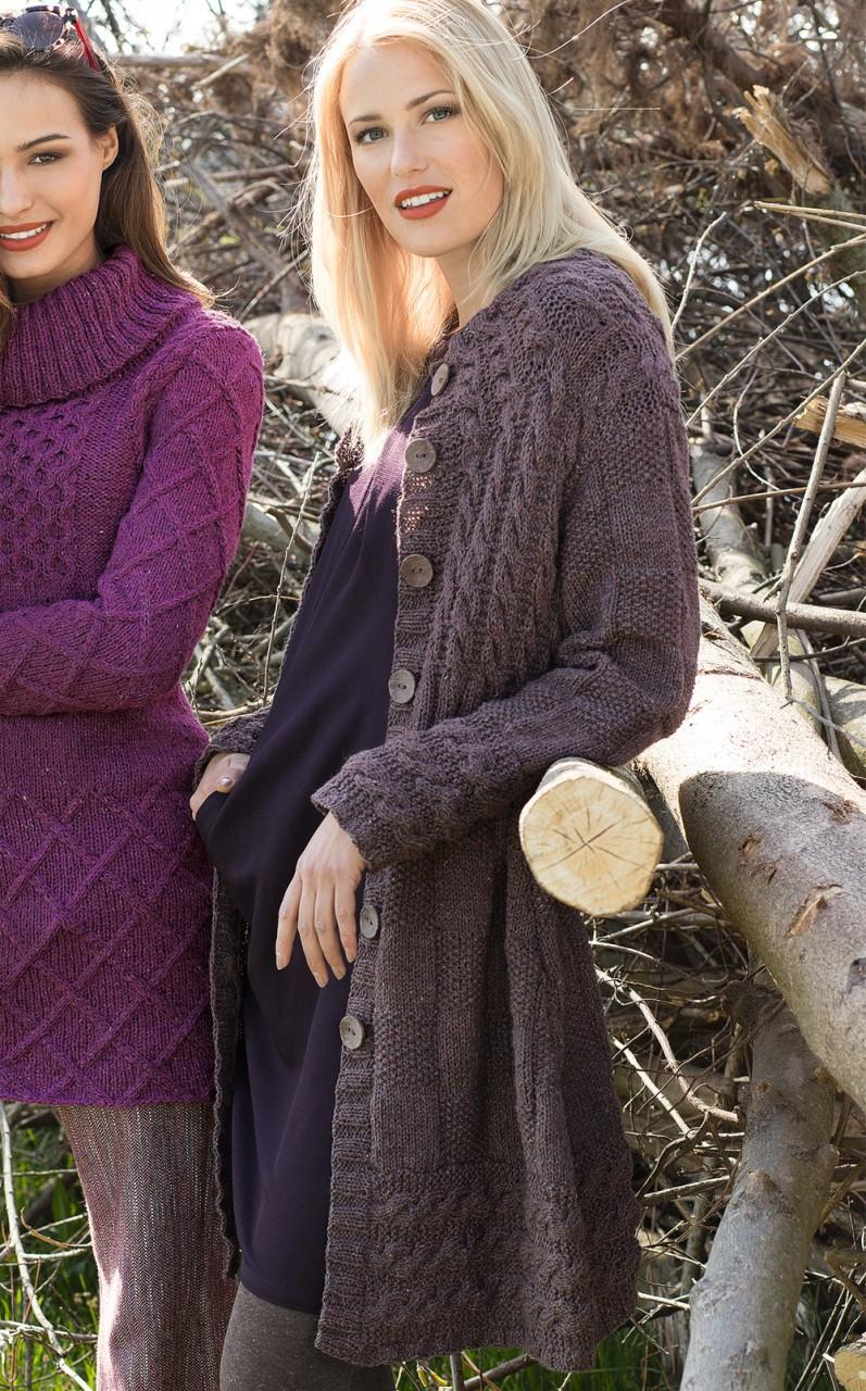 Коричневое твидовое пальто спицами