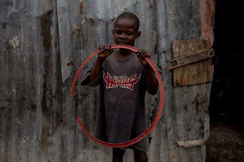 В гаитянском доме, где в месяц на семью тратят $43, любимая игрушка — обруч в мире, дети, игрушка, люди, страны
