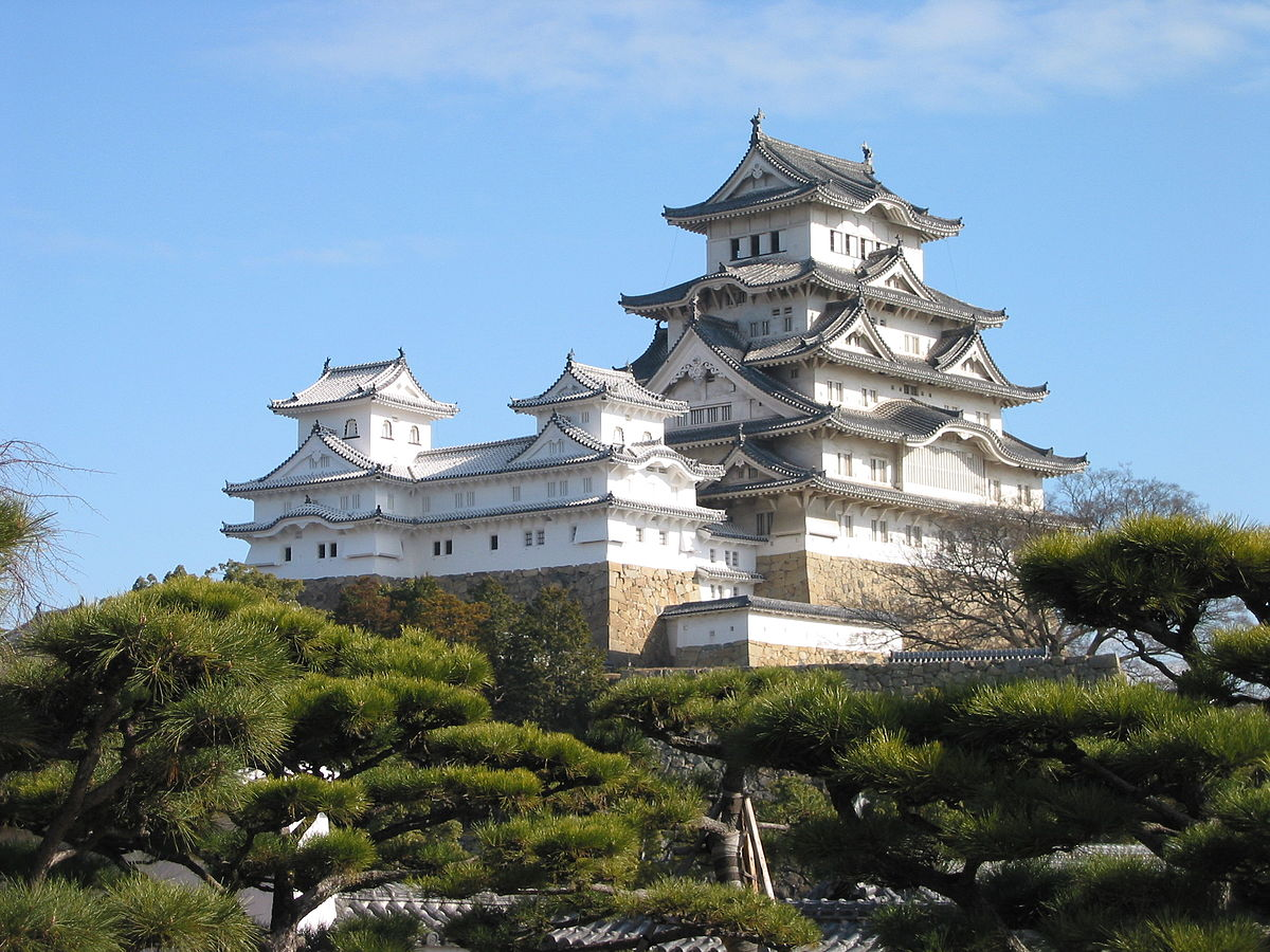 https://upload.wikimedia.org/wikipedia/commons/thumb/3/35/Himeji_Castle_The_Keep_Towers.jpg/1200px-Himeji_Castle_The_Keep_Towers.jpg