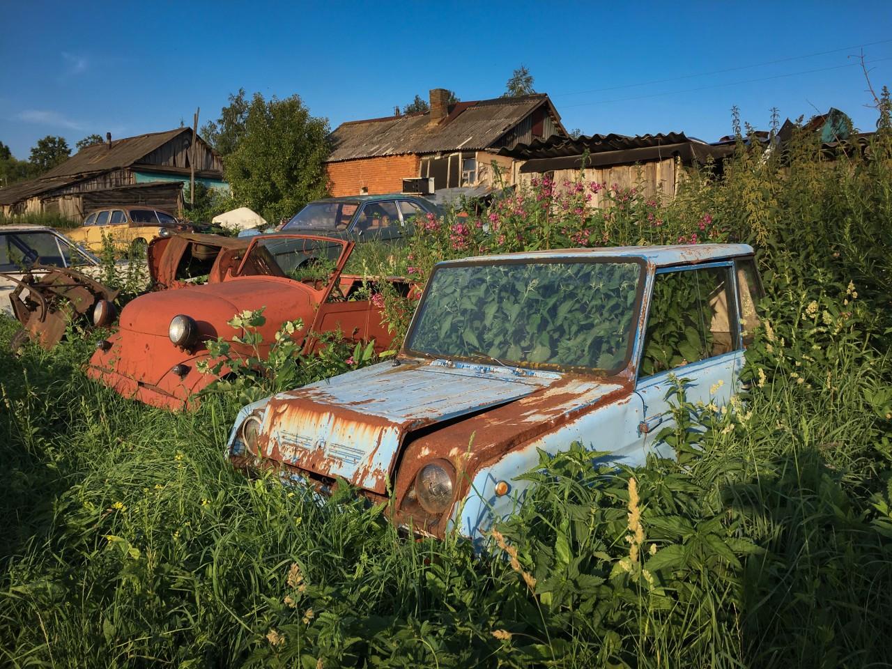В Тульской области посреди поля гниют 330 авто автоистория