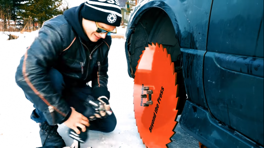 Безумный эксперимент: диски от пилы вместо колес на автомобиле авто и мото