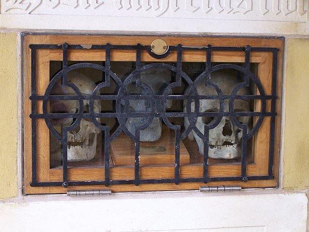 3. Черепа трех воров - Церковь святого Уилфрида, Йоркшир артефакты, великобритания, мумии, путешественнику на заметку, реликвии, скелеты, старинные, церковь