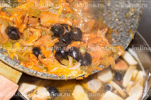 Выложить содержимое сковороды в кастрюлю с грибами.
