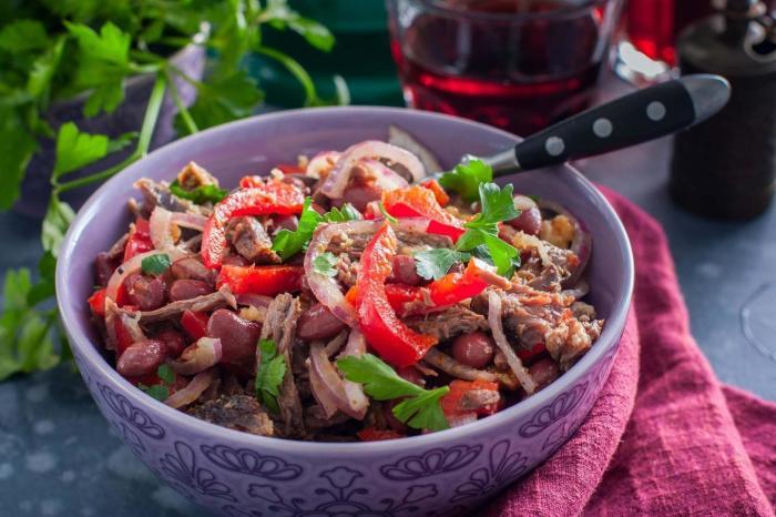 Салат с красной фасолью и говядиной.  Фото: 1000.menu.